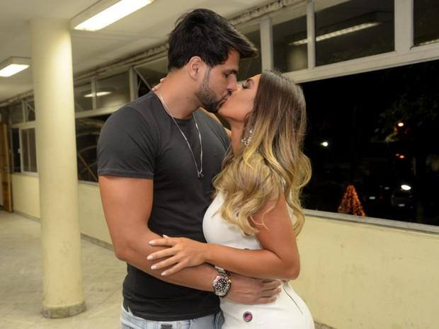 Nicole Bahls e o namorado, Marcelo Bimbi, em show na Zona Sul do Rio (Foto: Vinicius Marinho/ Brazil News)