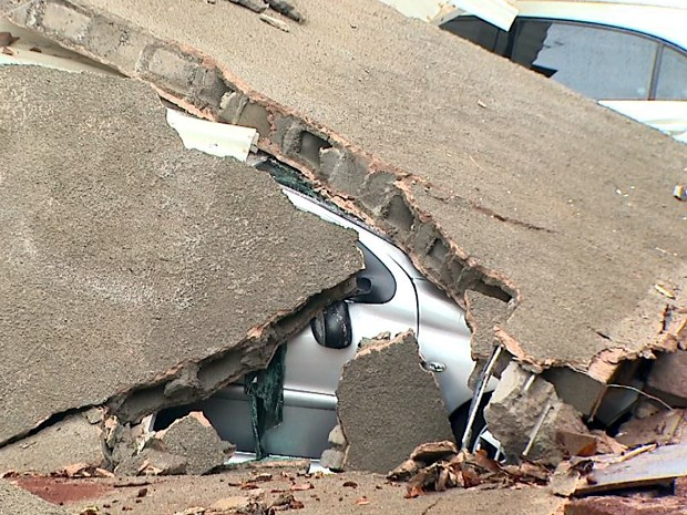 Queda de muro danificou nove veículos estacionados em condomínio no Iguatemi (Foto: Paulo Souza/EPTV)