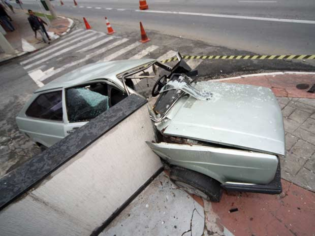 Carro bateu em muro na Radial Leste e deixou um ferido, segundo Corpo de Bombeiros (Foto: Luiz Guarnieri/Brazil Photo Press/AE)
