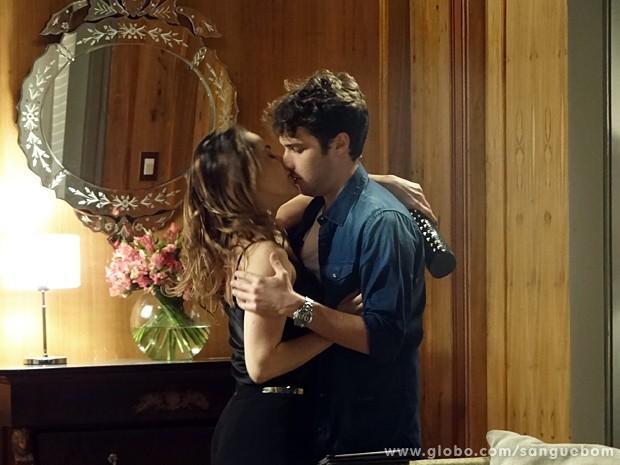Malu tasca beijo em Maurício! (Foto: Sangue Bom / TV Globo)