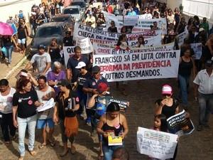 Trabalhadores percorrem ruas da cidade (Foto: Sérgio)