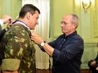 Hartung dá comenda a general que comandou Forças Militares no ES