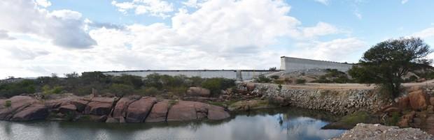 Segundo a Semarh, obras da barragem de Oiticica estão 40% concluídas  (Foto: Anderson Barbosa e Fred Carvalho/G1)