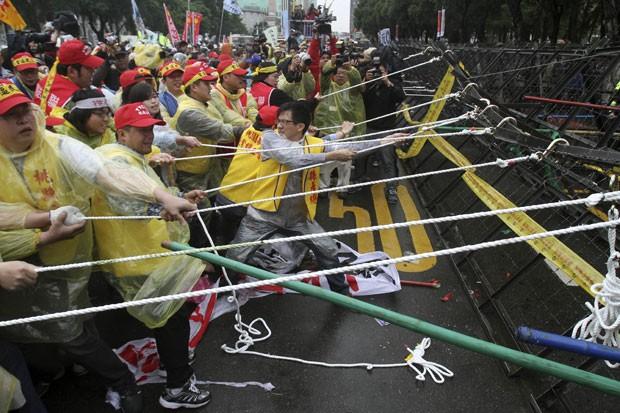 Em Taiwan, trabalhadores protestaram contra os planos do governo de cortar os pagamentos de pensão (Foto: Chiang Ying-ying/AP)