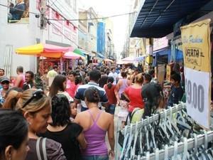 Lojas do comércio oferecem roupas masculinas com preços a partir de R$ 19,90 (Foto: Mônica Dias G1/AM)