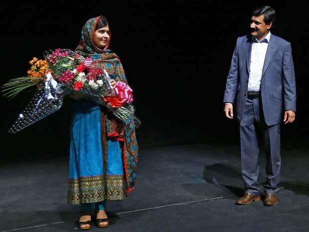 A jovem paquistanesa Malala posa para fotos ao lado de seu pai durante coletiva de imprensa, nesta sexta (10) em Birmingham, na Inglaterra, após receber o Nobel da Paz (Foto: REUTERS/Darren Staples)