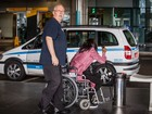 Naomi Campbell desembarca de cadeira de rodas e bengala em SP