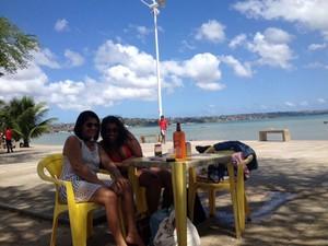 Amigas Vanuza Nascimento e Girlene Pinheiro, na praia do Tubarão (Foto: Henrique Mendes / G1)