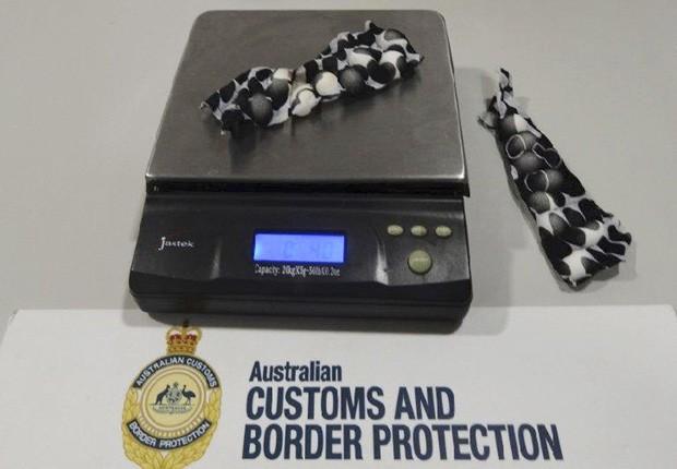 Oficiais do aeroporto de Sydney, na Austrália, flagraram homem tentando entrar no país com ovos de aves escondidos na virilha (Foto: Australian Customs and Boarder Protection Service/AP)