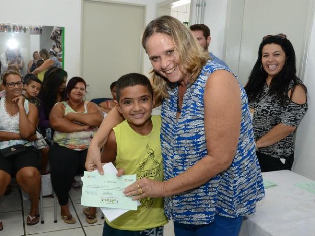 Alguns certificados foram entregues pela vice-prefeitura e secretária de Desenvolvimento Social (Foto: Emerson Ferraz)