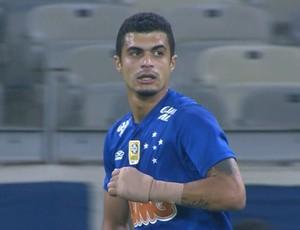 Lateral Egídio usou uma proteção na mão esquerda no jogo contra o Atlético-PR  (Foto: Reprodução/Sportv)