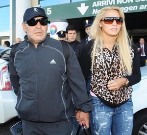 Maradona e Rocio Oliva no aeroporto de Milan  (Foto: EFE )