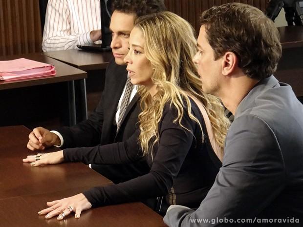 Desesperada, Amarilys conta a todos sobre seu combinado com Laerte... (Foto: Amor à Vida / TV Globo)