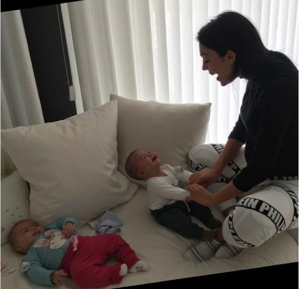 A modelo espanhola Georgina Rodriguez com os filhos gêmeos de Cristiano Ronaldo (Foto: Instagram)
