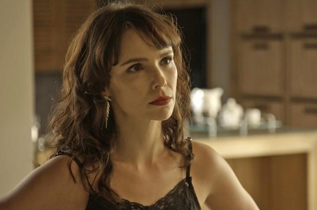 Débora Falabella é Irene em 'A forã do querer' (Foto: Reprodução)