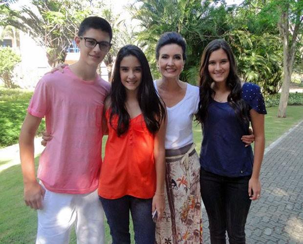 Fátima Bernardes com o filhos, Vinicius, Laura e Beatriz (Foto: Reprodução/Facebook)
