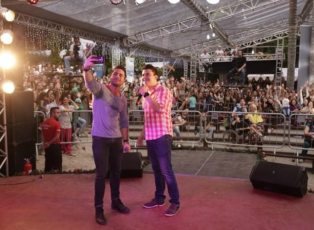 A dupla também aproveitou para registrar o momento ao lado dos fãs (Foto: Luiz Renato Correa/ RPC)