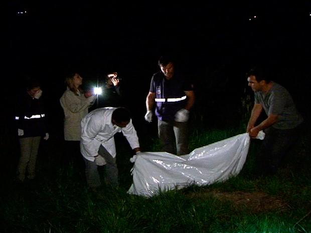 Corpo da jovem estava enterrado em um matagal no interior de Caxias do Sul (Foto: reprodução/RBS TV)