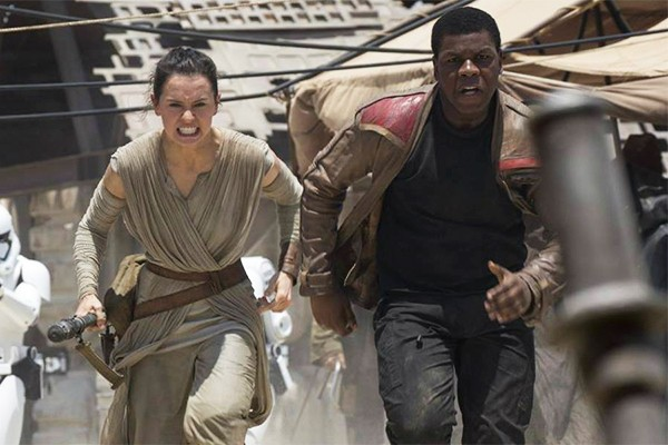 Daisy Ridley e John Boyega em Star Wars: O Despertar da Força (Foto: Reprodução)
