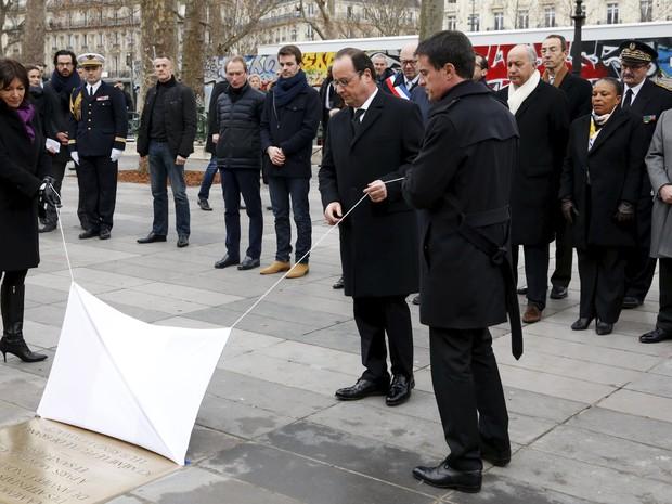 Presidente francês, Francois Hollande, descerra placa na Praça da República, em Paris, em homenagem às vítimas do atentado à sede do jornal Charlie Hebdo (Foto: Philippe Wojazer/Reuters)