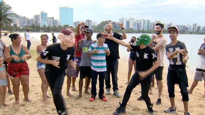 MC Bin Laden dançou com fãs na praia (Foto: Divulgação / TV Gazeta ES)