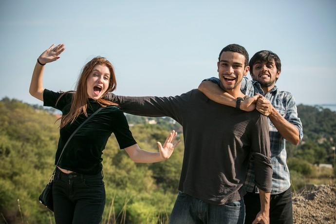 Marina Ruy Barbosa, Sérgio Malheiros e Felipe Simas brincam nos bastidores da gravação (Foto: Raphael Dias / Gshow)