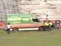 Ambulância atola no campo, e gandula dá forcinha para livrar motorista; vídeo