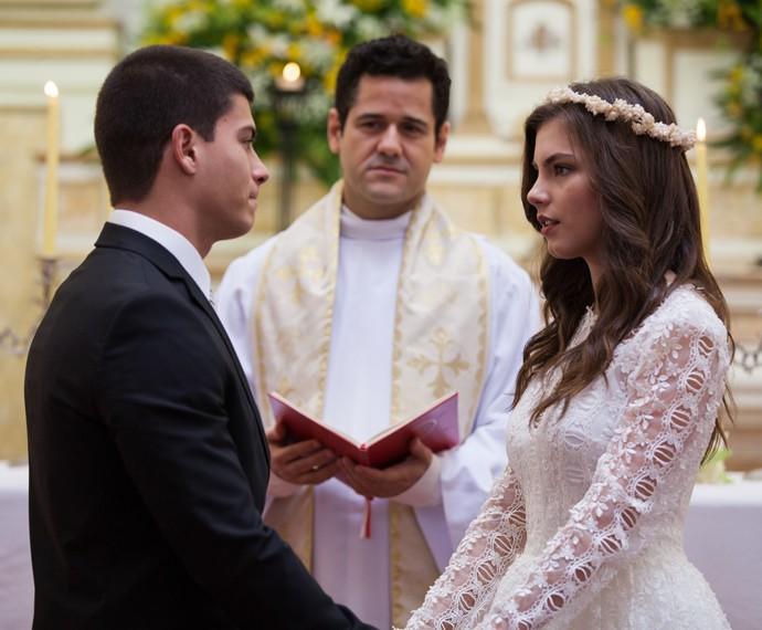 Duca e Bianca se olham apaixonados no altar (Foto: Fabiano Battaglin/Gshow)
