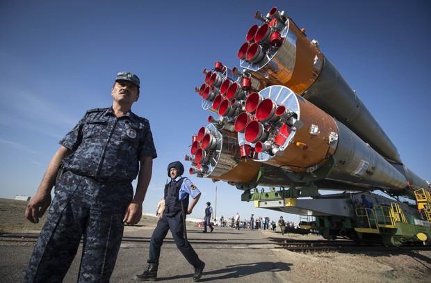 Seguranças guardam a nave Soyuz TMA-13M (Foto: Reuters/Shamil Zhumatov)