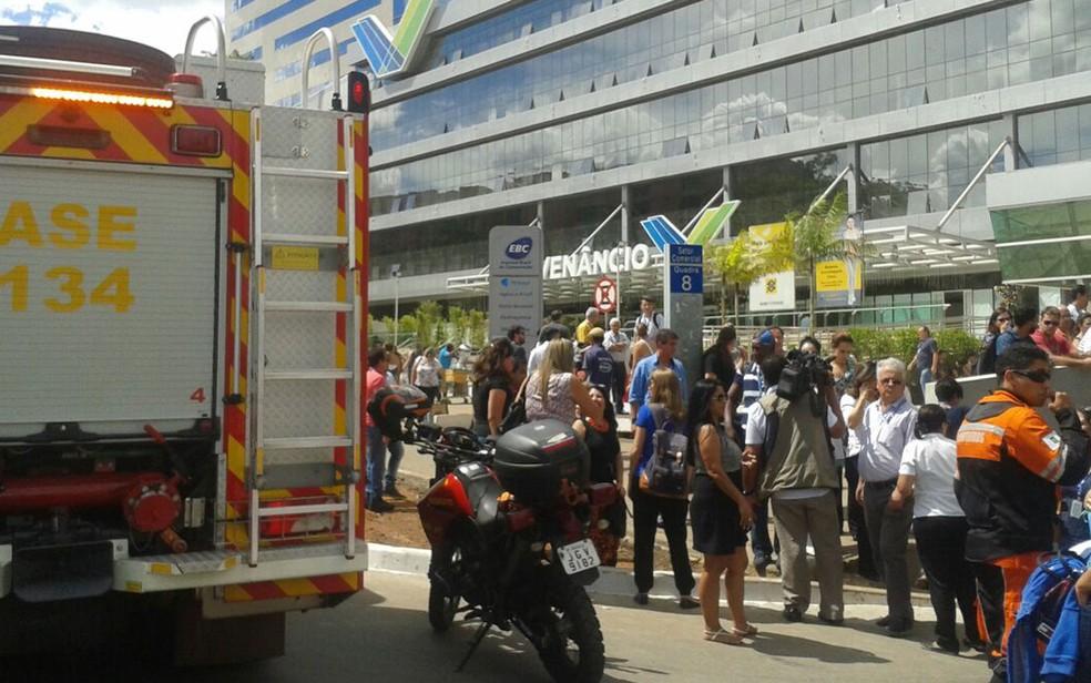 Funcionários da EBC saíram às pressas do prédio por causa de um princípio de incêndio (Foto: Polícia Militar/Divulgação)