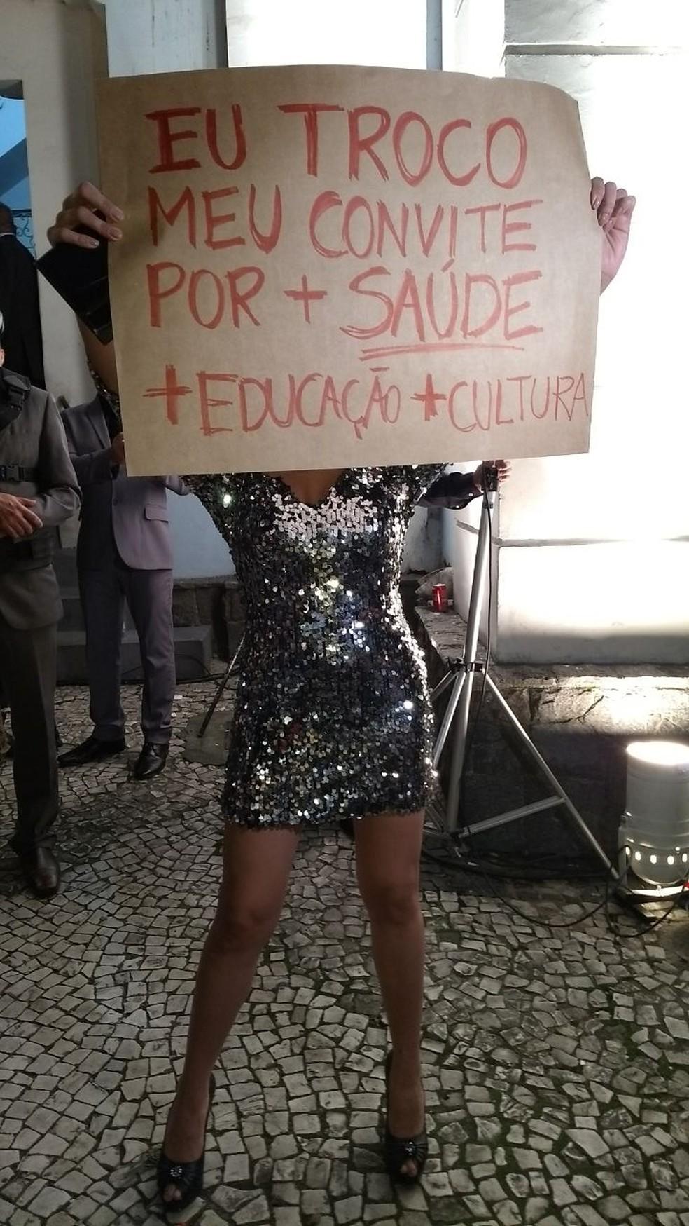 Manifestante pede mais saúde, educação e cultura (Foto: Carolina Wolf/RPC)