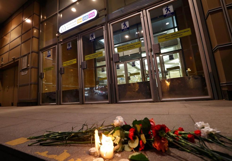 Flores são vistas na entrada da estação de metrô Spasskaya, em São Petesburgo, na Rússia, em homenagem às vítimas do ataque desta segunda-feira (03). Ao menos nove pessoas morreram e 20 ficaram feridas  (Foto: Grigory Dukor/Reuters)