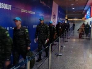 Militares chegam ao Aeroporto Salgado Filho após missão no Haiti (Foto: Jonas Campos/RBS TV)