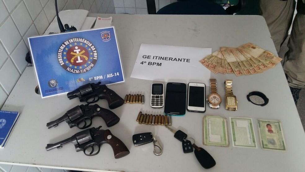 Armas e veículos foram encontrados com os suspeitos (Foto: Divulgação/Polícia Militar)