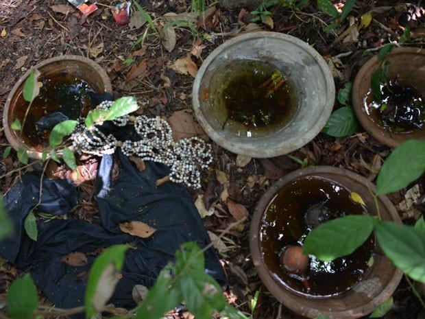 Utensílios estavam perto do corpo, junto de foto de casal com a cabeça do homem cortada (na parte sperior da imagem) (Foto: Walter Paparazzo/G1)