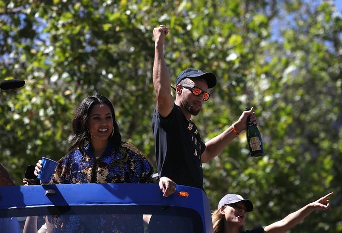 Stephen Curry é um dos mais festejados no desfile dos Warriors (Foto: Justin Sullivan/Getty Images)