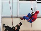 Como super-heróis, funcionários fazem rapel para crianças em hospital