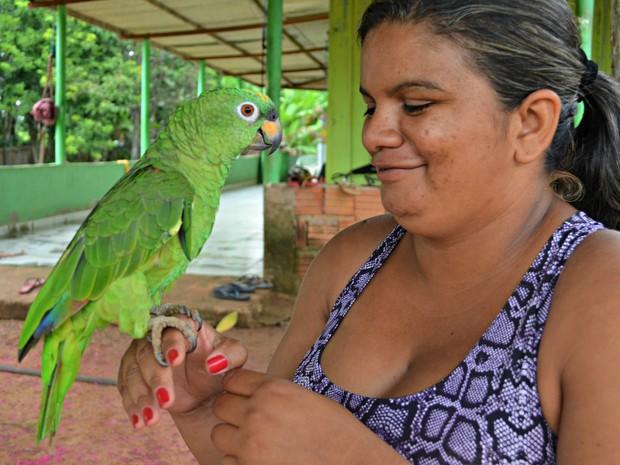 Elane Ricardo diz que considera ave como um filho (Foto: Aline Nascimento/G1)