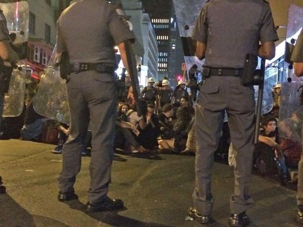 Policiais fizeram os manifestantes sentar no chão (Foto: Roney Domingos/G1)