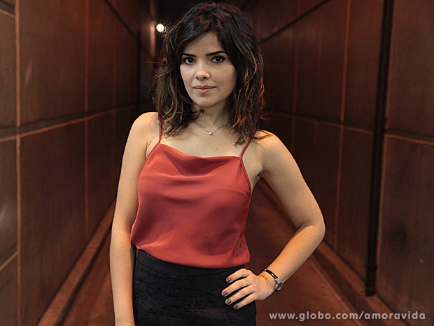 Vanessa Giácomo diz que nunca deixaria o namorado ter uma secretária como a Aline (Foto: Amor à Vida / TV Globo)