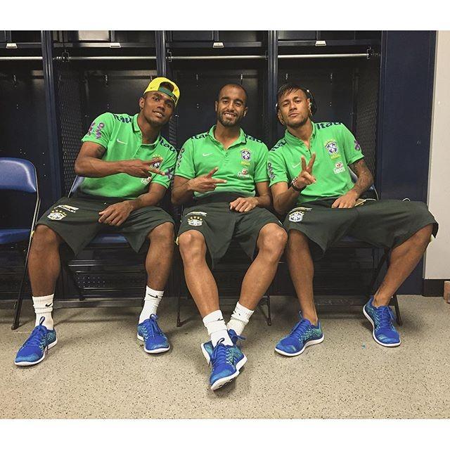 Lucas Moura Neymar Mp3: Parças: Lucas Posa Com Neymar E Douglas Costa No Vestiário