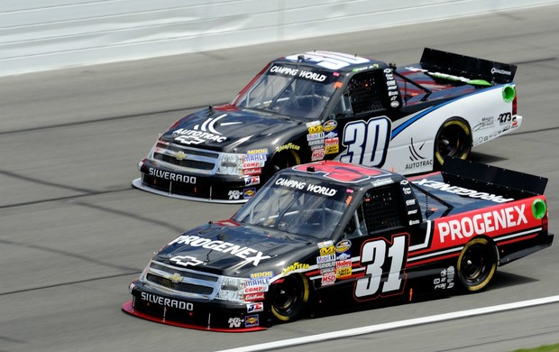 Nascar Nelsinho Piquet e  James Buescher na Truck Series em Kansas (Foto: Getty)