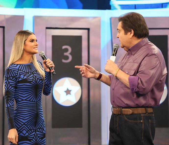 Mirella conversa com Faustão durante sua participação no quadro Ding Dong (Foto: Carol Caminha/TV Globo)