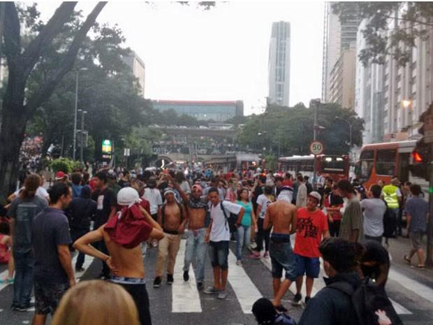 Ato fechou sentido Centro da Avenida Nove de Julho às 19h30 (Foto: Roney Domingos/G1)