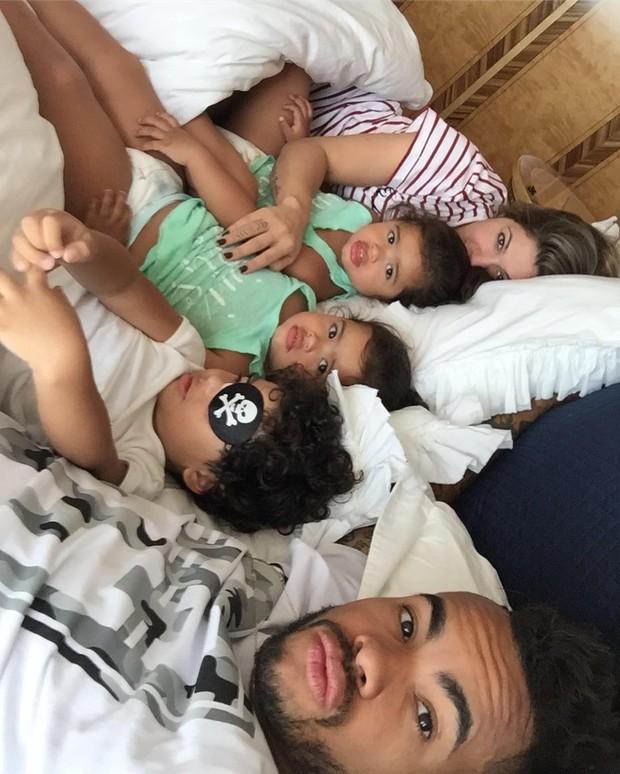 Dentinho e Dani Souza e família (Foto: Reprodução / Instagram)