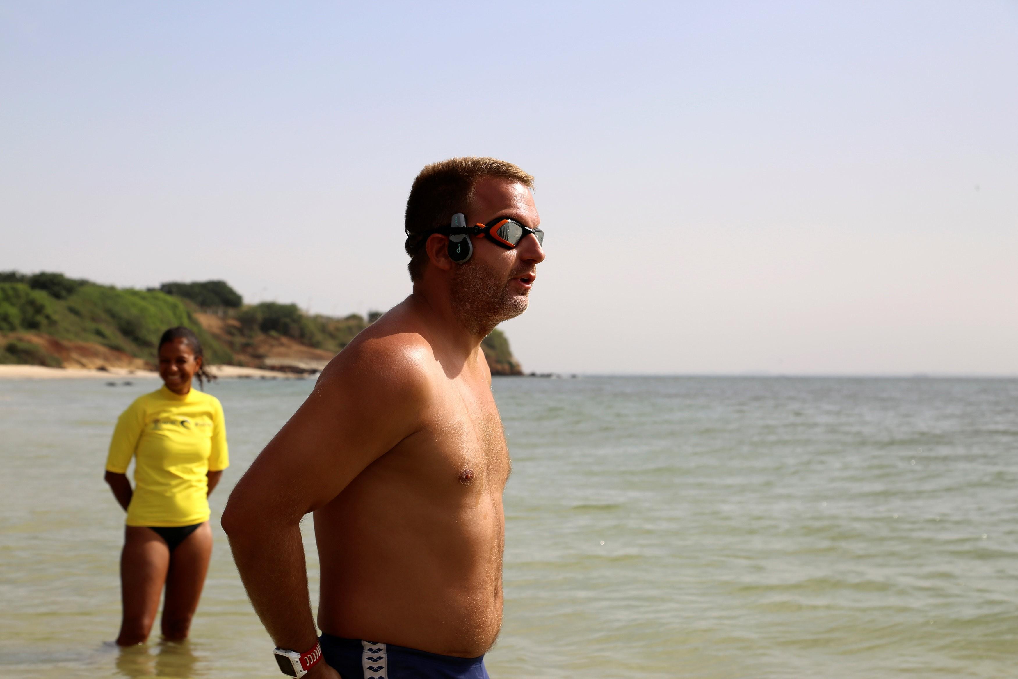 O nadador britânico Ben Hooper quer se tornar a primeira pessoa a atravessar o Oceano Atlântico a nado. (Foto: Emma Farge/Reuters)