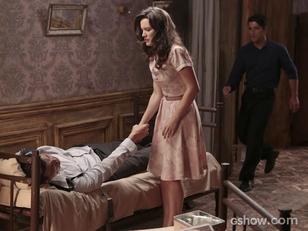 Franz chega e vê Amélia e Manfred de mãos dadas (Foto: Felipe Monteiro/TV Globo)