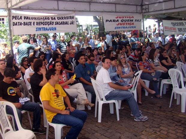 Grevistas se reuniram em assembleia na manhã desta quinta (21) (Foto: Rosineide Pereira/G1)
