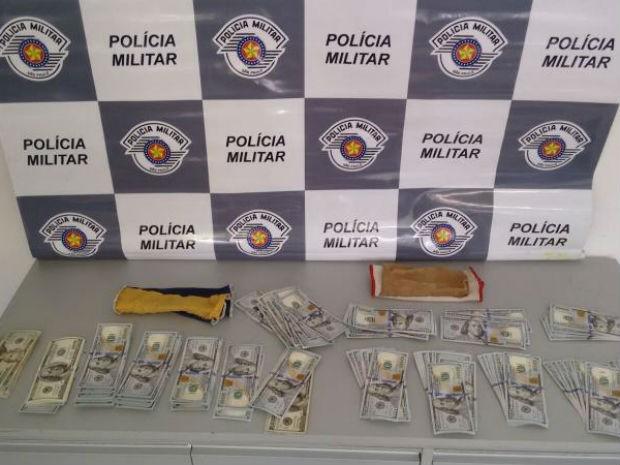 Polícia apreendeu mais de 14 mil dólares (Foto: Polícia Rodoviária/Divulgação)