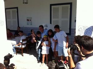 Eduardo Paes fez o 'V' da vitória em frente à urna de votação (Foto: Janaína Carvalho/G1)
